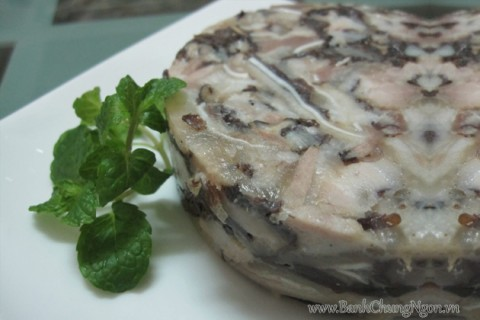 Giò thủ (hay còn gọi là giò xào) được xem là món ăn truyền thống