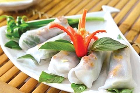 Ẩm thực Huế với món bánh ướt chả gói bình dân nhưng hấp dẫn.
